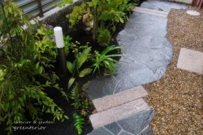 ガーデンリフォーム 鉄平石の和庭とアンティークレンガの小路写真