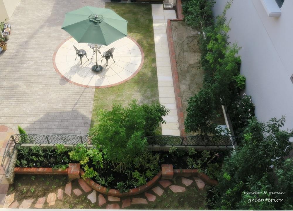 赤レンガと大理石のカフェ風ガーデン
