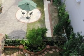 赤レンガと大理石のカフェ風ガーデン写真