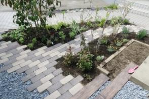 レンガと枕木小路の庭写真