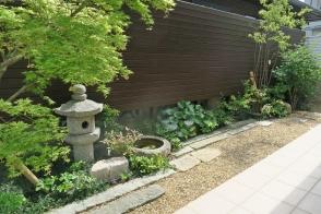 つながる庭 乱形石の小路の人工芝庭と和風庭園写真