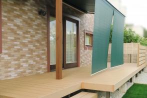ガーデンリフォーム 人工芝と木樹脂デッキとオーニングの庭写真