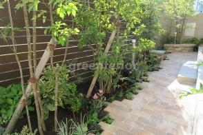 レンガの花台のあるシェードガーデン写真